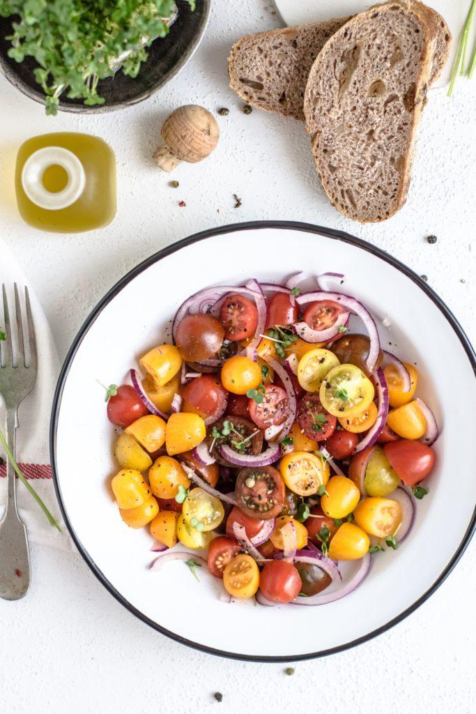une assiette de tomates cerises rouges et jaunes parfaite dans le cadre d'une sèche