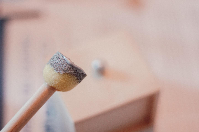 DIY Calendrier de l'Avent : étape 2 = peindre les poignées des tiroirs en argent