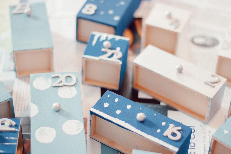 DIY Calendrier de l'Avent : étapes 4 et 5 = ajouter des décos sur quelques tiroirs et coller les chiffres