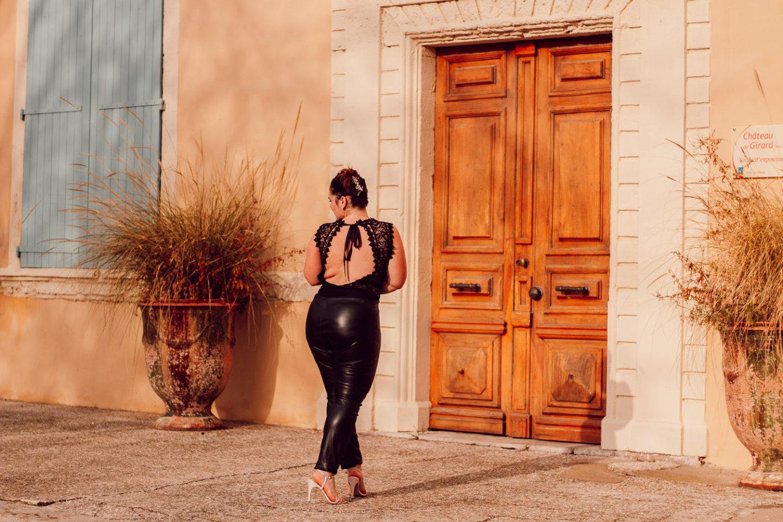 pour un look de noël en pantalon simili-cuir et body en dentelle dos nu